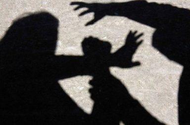 Jena edva se otarvala ot brutalen nasilnik posred bial den