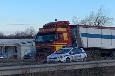 Avariral kamion blokira pat