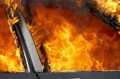 Bus izgoria pred doma na stopanina si