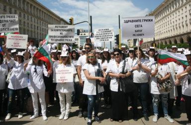 Protestirashtite meditsinski sestri razpaat palatkov lager